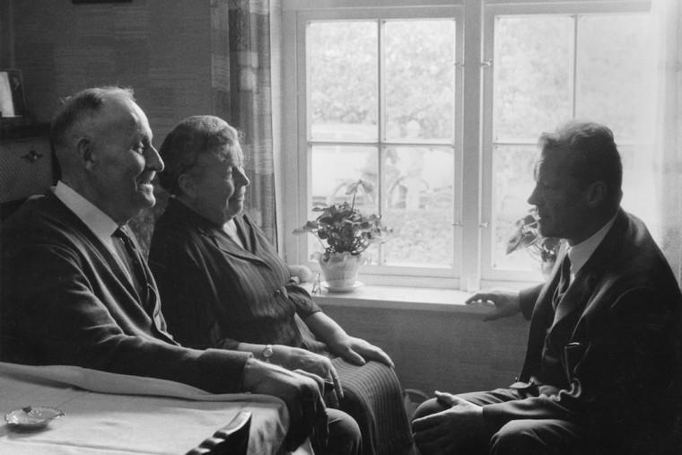 willy brandt zu besuch bei seiner mutter martha und deren ehemann emil kuhlmann in lbeck september 1965 jh darchingerfriedrich ebert stiftung - Willy Brandt Lebenslauf
